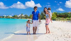 Молодая семья с 2 детьми на тропическом белом пляже Стоковое Изображение