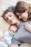 Молодая семья snuggling Стоковые Фотографии RF