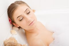 Молодая симпатичная женщина в ванне пены Стоковые Изображения RF