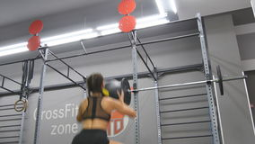 Молодая сильная женщина при совершенное тело фитнеса в sportswear работая с шариком медицины на спортзале Девушка делая crossfit сток-видео