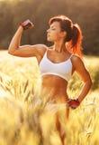 Молодая сильная женщина Стоковые Фотографии RF