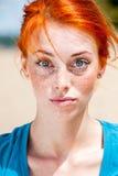 Молодая смешная женщина redhead смотря сюрприз Стоковые Изображения
