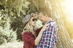 Молодая смеясь над женщина cluddling с его счастливым парнем Стоковая Фотография RF