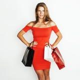 Молодая современная белокурая женщина с разнообразный представлять сумок эмоциональный на белой предпосылке, продаже, концепции л Стоковые Изображения