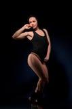 Молодая спортсменка в черном нижнем белье стоковые фотографии rf