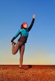 Молодая спортсменка протягивая и подготавливая побежать Стоковая Фотография RF