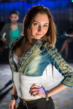 Молодая стильная девушка в куртке джинсов Стоковые Фотографии RF