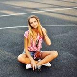 Молодая стильная девушка в представлять вскользь одежд внешний Стоковые Изображения RF
