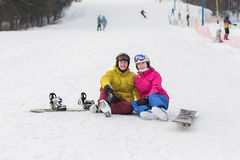 Молодая стойка snowboarders пар на зимний день Стоковая Фотография