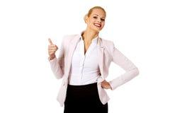 Молодая счастливая бизнес-леди с большим пальцем руки вверх Стоковая Фотография