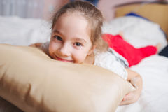 Молодая счастливая девушка лежа на подушке Стоковое Изображение RF