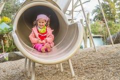 Молодая счастливая девушка играя на спортивной площадке Стоковая Фотография RF
