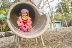 Молодая счастливая девушка играя на спортивной площадке Стоковая Фотография