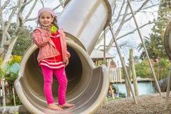 Молодая счастливая девушка играя на спортивной площадке Стоковое Изображение RF