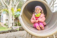Молодая счастливая девушка играя на спортивной площадке Стоковое Изображение