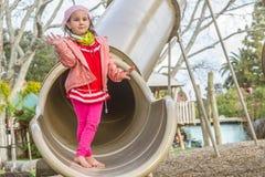 Молодая счастливая девушка играя на спортивной площадке Стоковые Фото