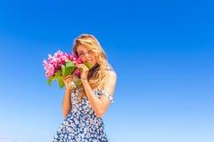 Молодая счастливая девушка с букетом цветка на тропических море и пляже b Стоковые Изображения RF
