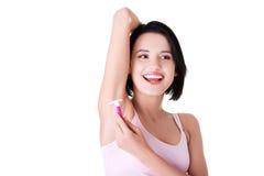 Молодая счастливая женщина брея подмышку Стоковые Фотографии RF