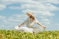 Молодая счастливая женщина в зеленом поле Стоковое Изображение