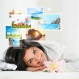 Молодая счастливая женщина с памятями каникул перемещения Стоковая Фотография RF