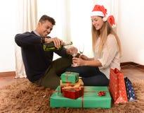 Молодая счастливая здравица рождества Шампани пар Стоковое Фото