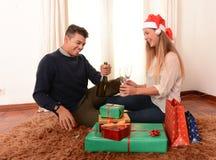 Молодая счастливая здравица рождества Шампани пар Стоковое Изображение