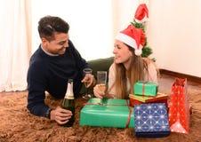 Молодая счастливая здравица рождества Шампани пар Стоковое Изображение RF