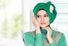 Молодая счастливая красивая мусульманская женщина с зеленый носить костюма высокий стоковая фотография rf
