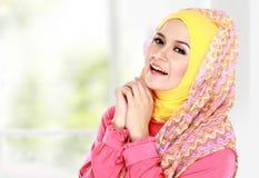 Молодая счастливая красивая мусульманская женщина с зеленый носить костюма высокий стоковое изображение rf