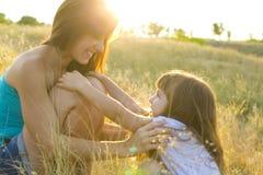 Молодая счастливая дочь мам Стоковое Изображение