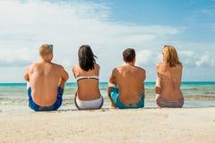 Молодая счастливая потеха havin друзей на пляже Стоковая Фотография RF