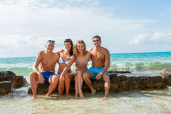 Молодая счастливая потеха havin друзей на пляже стоковая фотография