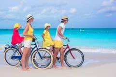 Молодая счастливая семья во время тропических каникул пляжа Стоковая Фотография RF