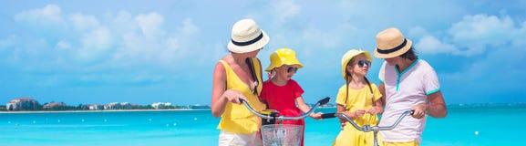 Молодая счастливая семья во время тропических каникул пляжа Стоковые Изображения RF