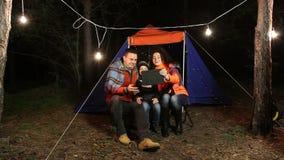 Молодая счастливая семья делает selfie в лесе на предпосылке шатра видеоматериал