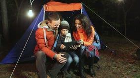 Молодая счастливая семья делает selfie в лесе на предпосылке шатра акции видеоматериалы
