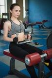 Молодая счастливая тренировка женщины в спортзале Стоковая Фотография