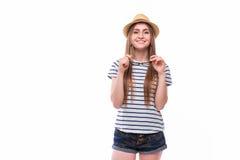 Молодая счастливая туристская девушка с шляпой и стеклами стоковые фотографии rf