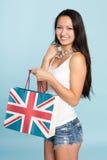 Молодая счастливая усмехаясь азиатская женщина с хозяйственной сумкой Стоковое Изображение RF