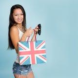 Молодая счастливая усмехаясь азиатская женщина с хозяйственной сумкой Стоковые Изображения