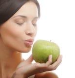 Молодая счастливая усмехаясь женщина с яблоком Стоковые Изображения RF