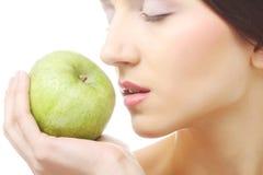 Молодая счастливая усмехаясь женщина с яблоком стоковые фото
