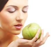 Молодая счастливая усмехаясь женщина с яблоком стоковые изображения
