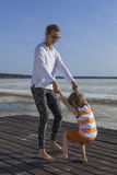 Молодая счастливые мать и ребенок играя держащ руки Стоковые Фотографии RF