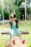 Молодая тайская игра девушки на качании Стоковые Изображения RF
