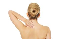 Молодая топлесс женщина с болью в спине Стоковые Фото