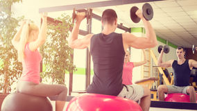 Молодая тренировка пар в спортзале с гантелями Стоковая Фотография