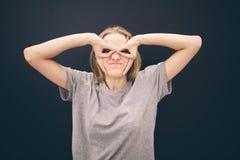 Молодая уверенно женщина в супергерое супергерой стоковая фотография rf