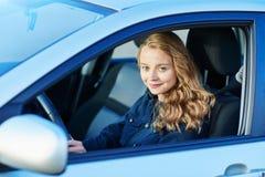 Молодая уверенно женщина управляя автомобилем стоковая фотография rf