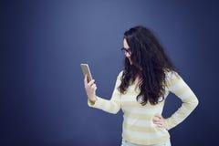 Молодая, уверенно, успешная и красивая бизнес-леди при изолированный мобильный телефон стоковое изображение rf